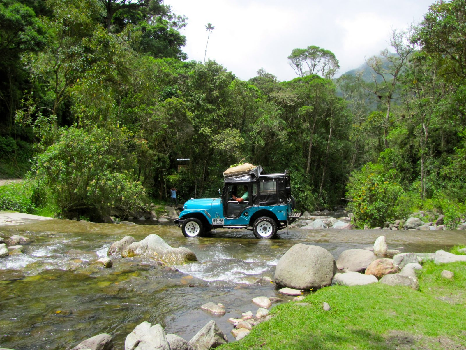A jeep crosses a stream in the Valle de cocora